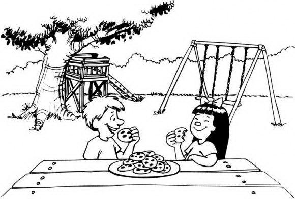 דפי צביעה מקסימים של ילד וילדה היושבים בגן שעשועים ואוכלים יחדיו להנאתם.