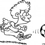 ילד קטן וחמוד משחק כדורגל